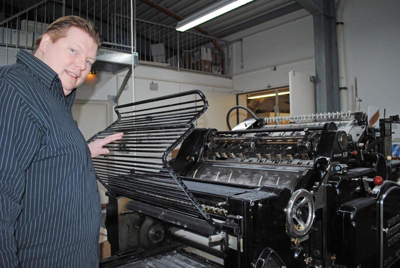 """""""Mit der alten, noch funktionsfähigen Druckmaschine veredeln wir die Drucksachen auf Wunsch"""", erklärt Geschäftsführer Axel Wüst. Hier wird gestanzt, geprägt und perforiert. Foto: Andrea Grotheer"""